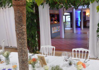 terrasse couverte pour une reception de mariage avec piste de danse
